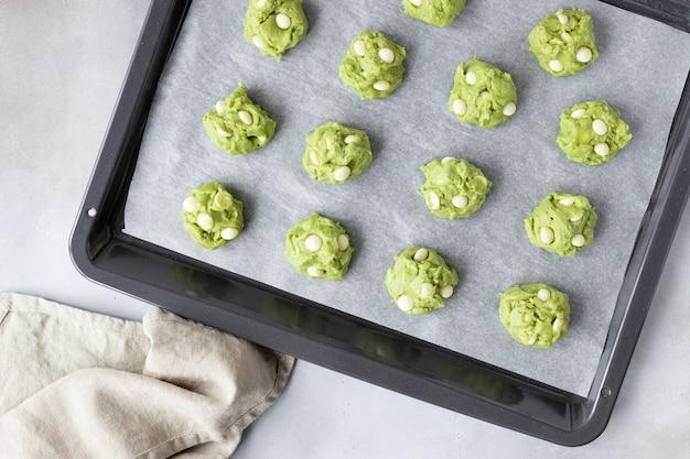 Bolas de massa de biscoito de chá verde matcha na assadeira