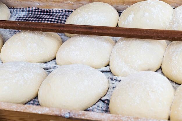 Bolas de massa de pão fermentando e esperando para colocar no forno