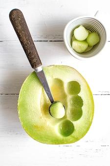 Bolas de melão em uma tigela