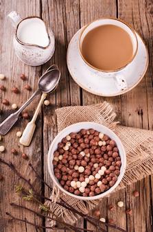 Bolas de milho delicioso chocolate no leite.