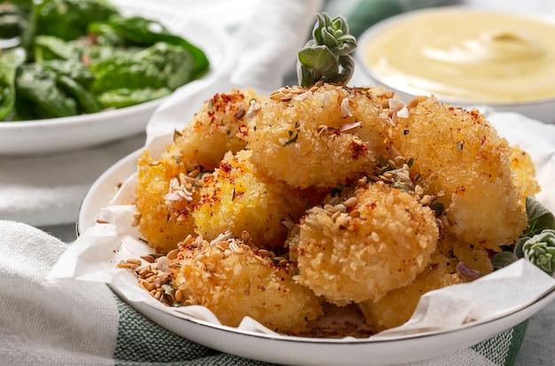 Bolas de mussarela frita com queijo mussarela empanadas em panko