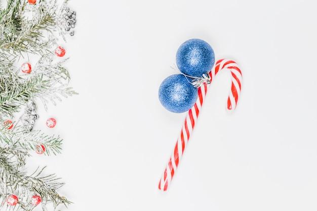 Bolas de natal azuis com bastão de doces