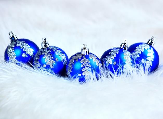 Bolas de natal azuis isoladas em um branco