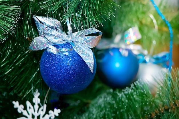 Bolas de natal azuis na árvore de natal