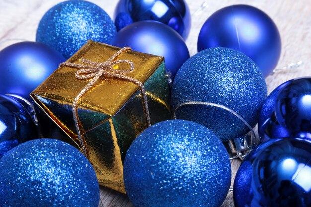 Bolas de natal azul isoladas em prata