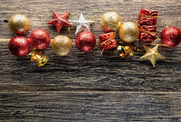 Bolas de natal, caixas de presente, estrelas e sino