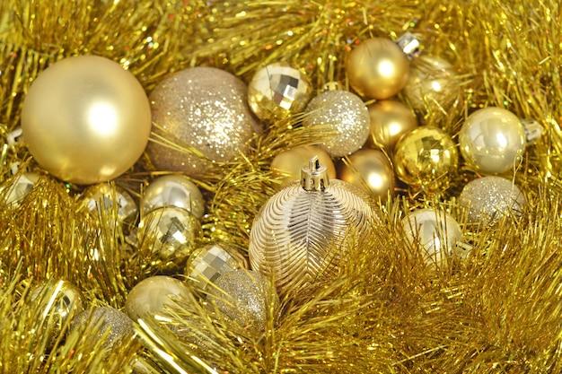 Bolas de natal douradas e guirlanda no fundo