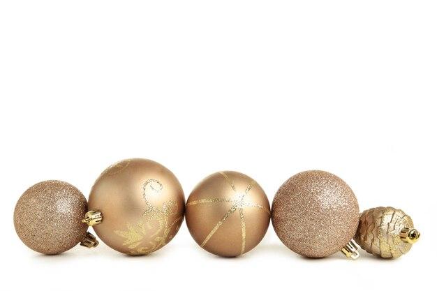 Bolas de natal douradas isoladas no fundo branco. composição de ano novo