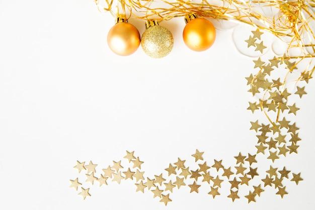 Bolas de natal e estrelas para decorar em um fundo branco ano novo