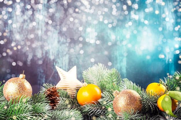 Bolas de natal e galhos de árvores