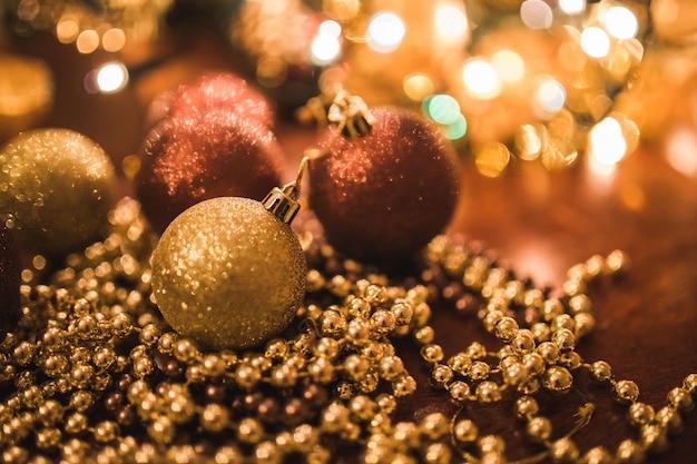 Bolas de natal em esferas douradas