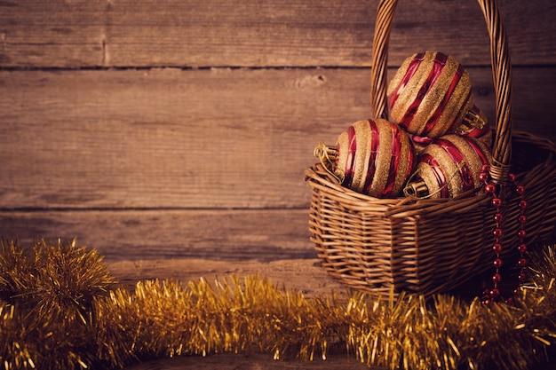 Bolas de natal em fundo de madeira