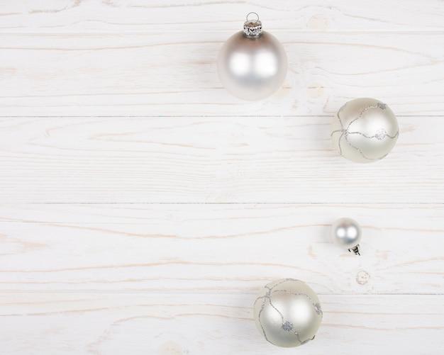 Bolas de natal em um fundo branco de madeira