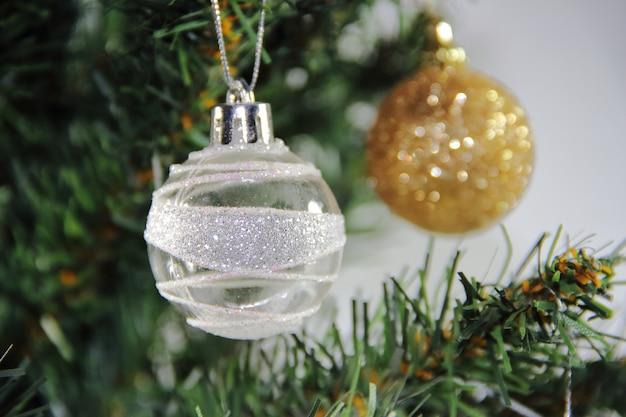 Bolas de natal na árvore de ouro branco com fundos vermelhos brancos