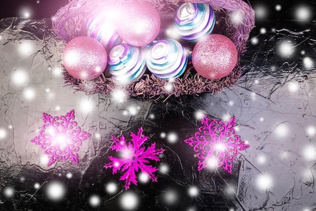 Bolas de natal na cesta roxa. flocos de neve decorativos.
