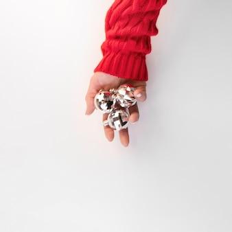 Bolas de natal na mão e copie o espaço