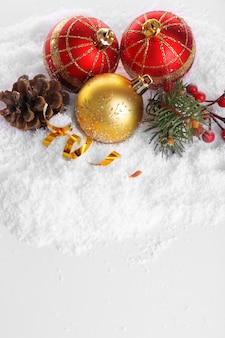 Bolas de natal na neve com fundo branco