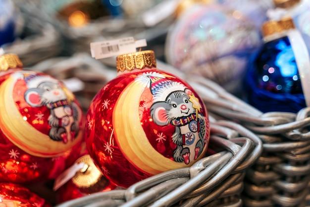 Bolas de natal no balcão da loja
