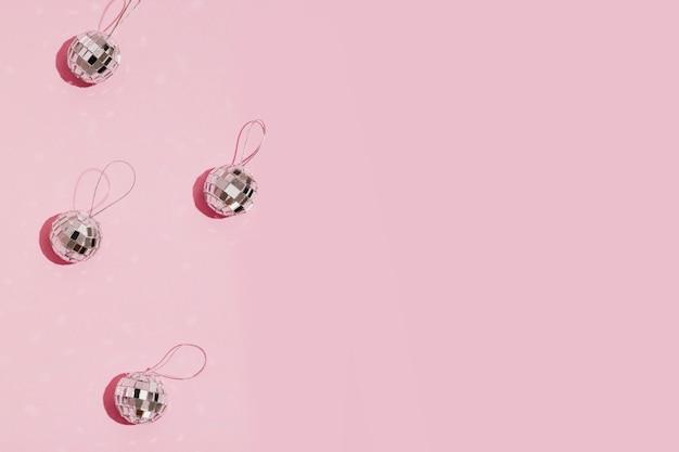 Bolas de natal prata sobre fundo rosa com espaço de cópia
