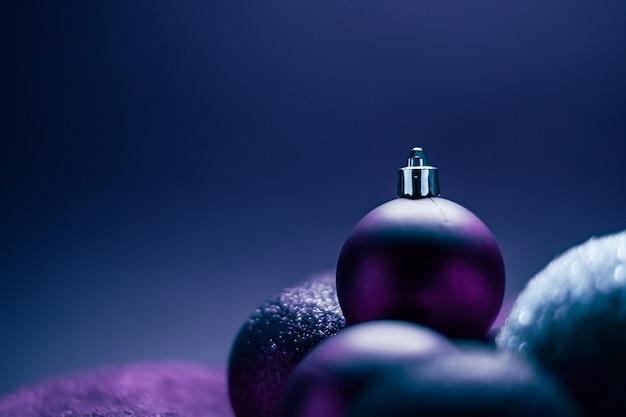 Bolas de natal roxas como pano de fundo festivo do feriado de inverno