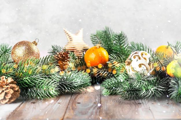 Bolas de natal, tangerinas e galhos de árvores