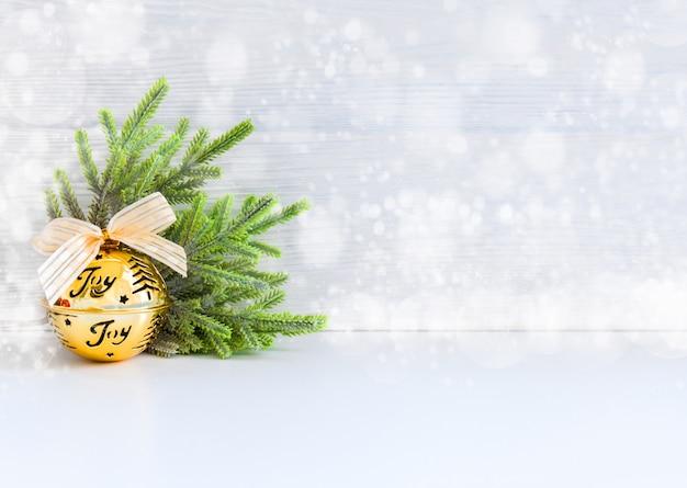 Bolas de natal tocam fita de sino com resumo de neve