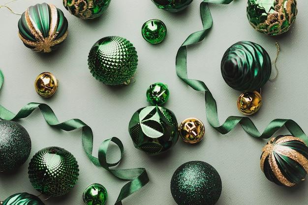Bolas de natal verdes com glitter dourados e rendas.