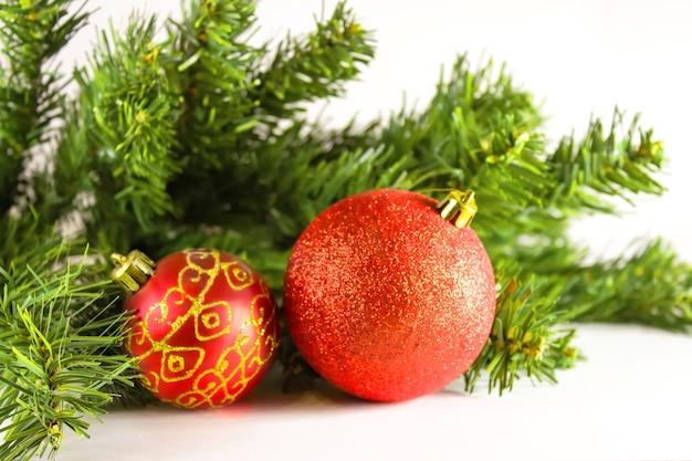 Bolas de natal vermelhas com galhos de uma árvore de natal. bola de vidro de natal em fundo branco