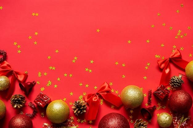Bolas de natal vermelhas e douradas sobre um fundo vermelho.