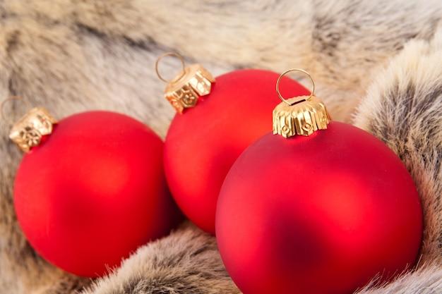 Bolas de natal vermelhas em pelo de animais