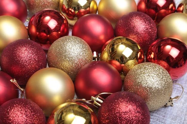 Bolas de natal vermelhas isoladas em prata