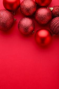 Bolas de natal vermelhas sobre um fundo vermelho