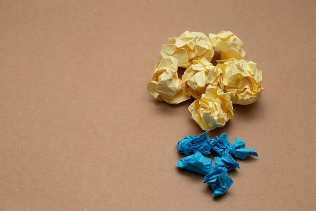 Bolas de papel amassado coloridas