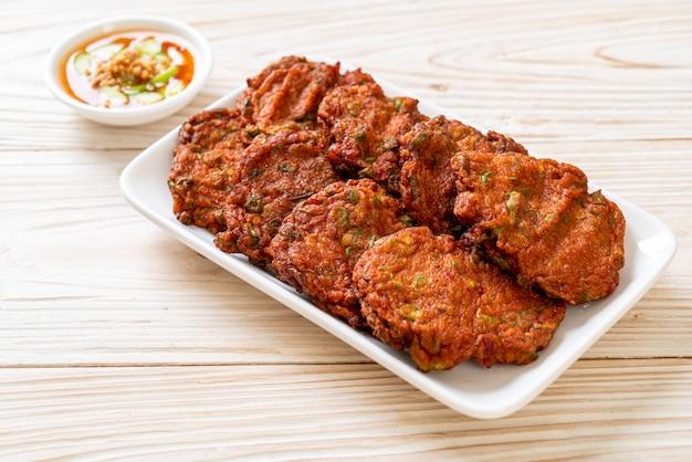 Bolas de pasta de peixe frito ou bolo de peixe frito, estilo de comida asiática