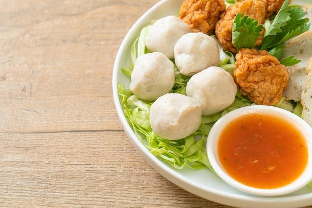 Bolas de peixe cozido, bolas de camarão e linguiça de peixe chinesa com molho picante