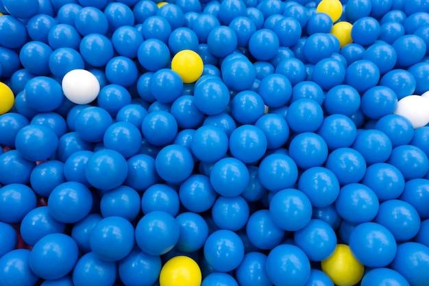 Bolas de plástico coloridas para crianças brincando na sala de recreio