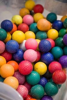 Bolas de plástico coloridas para crianças como fundo
