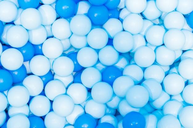 Bolas de plástico pouco azuis na piscina de crianças