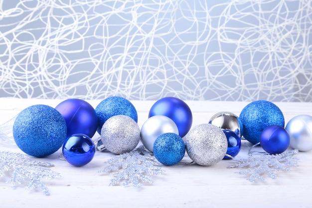 Bolas de prata e azuis de natal isoladas em prata