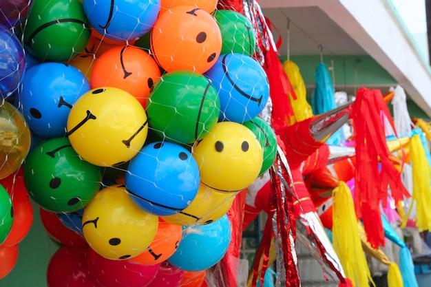 Bolas de smiley colorido e pinata de festa
