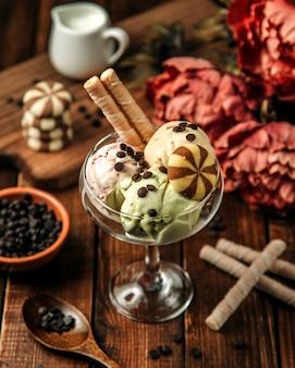 Bolas de sorvete com biscoitos