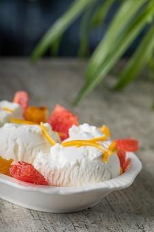 Bolas de sorvete de baunilha com laranja e toranja