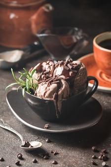 Bolas de sorvete de chocolate e café em uma tigela sobre fundo escuro