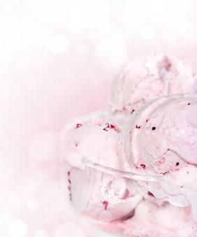 Bolas de sorvete em uma tigela de vidro