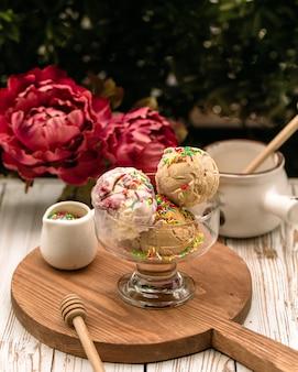 Bolas de sorvete misto com raspas de caramelo