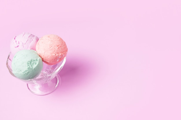 Bolas de sorvete na tigela de vidro