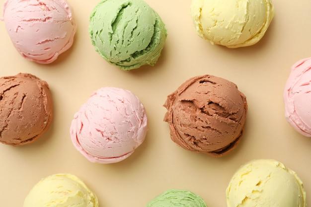 Bolas de sorvetes na superfície bege