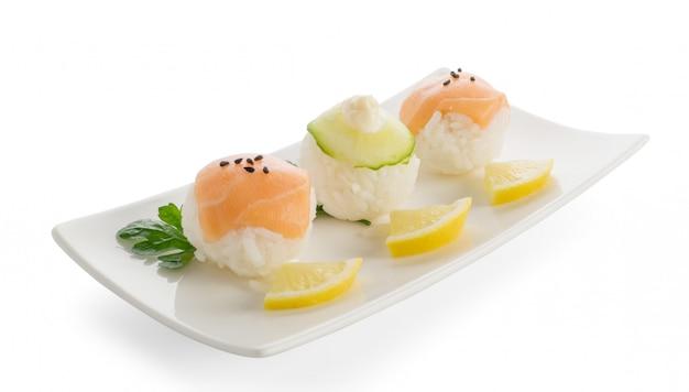 Bolas de sushi de salmão e pepino ou temarizushi