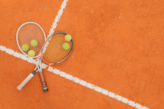 Bolas de tênis com duas raquetes