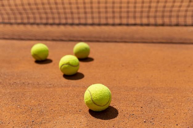 Bolas de tênis de close-up no terreno do tribunal